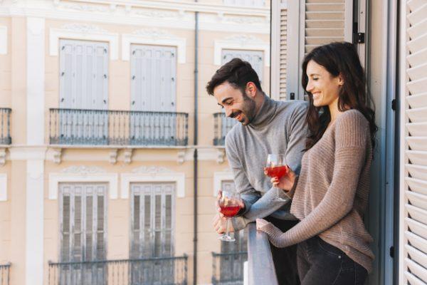 Пара пьет на балконе | Бесплатно Фото