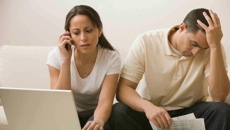 Infidelidad financiera, ¿cómo pone en riesgo tu relación? | Telemundo