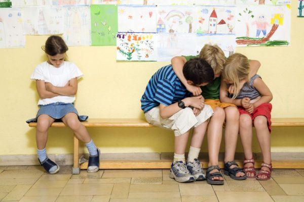 Ребенок-изгой в классе и школе. Причины. Детская психология.