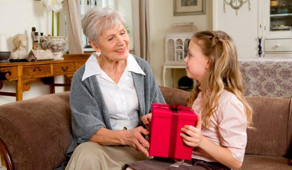Что подарить бабушке на 8 марта: идеи необычных подарков