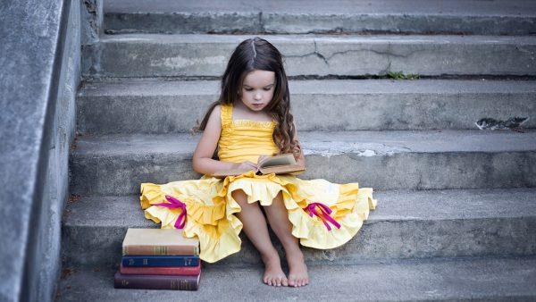 Фото девочка ребёнок лестницы сидя книги Платье 1920x1080