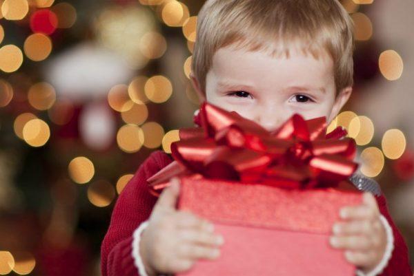 Учим ребёнка выбирать и дарить подарки