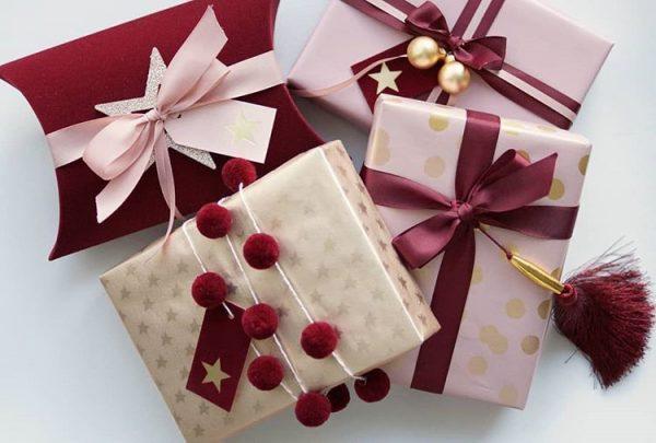 Все подарки куплены и упакованы 😊 В этом году инспирацию для упаковки подарков я нашла в Депоте. Вдохновилась бордовым цветом, добави… | Gift wrapping, Gifts, Wrap