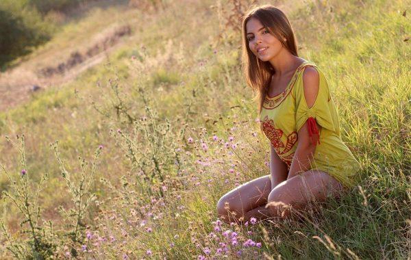 Девушка Трава Природа В Вечернее - Бесплатное фото на Pixabay
